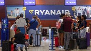 GRAF4441. EL PRAT DE LLOBREGAT (BARCELONA), 01/09/2019.- Pasajeros de la compañía Ryanair esperan en los mostradores de la compañía en el Aeropuerto de Barcelona durante la huelga de los tripulantes de cabina de pasajeros (TCP),que representados por los sindicatos Sictpla y USO, secundan la primera de las diez jornadas de huelga convocadas en septiembre contra el cierre de cuatro bases en España. EFE/Quique García