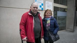 Juan Antonio Martínez y su esposa Joana López, este martes en la puerta de un CAP de la calle de Roger de Flor con Aragó.