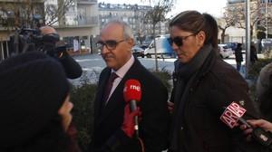 La madre de NadiaNerea llega al juzgado de La Seu dUrgell acompañada de su abogado, el pasado 9 de diciembre.