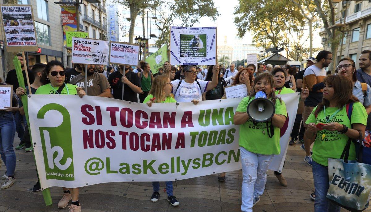 Manifestación de colectivos que trabajan en condiciones precarias, marchando por el centro de Barcelona.