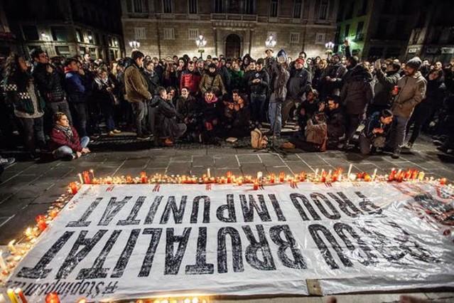 Manifestación en la plaça de Sant Jaume de Barcelona tras la emisión del documental Ciutat Morta.