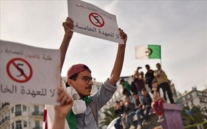 Manifestantes argelinos protestan contra un posible quinto mandato de Buteflika, este miércoles, en Argel.