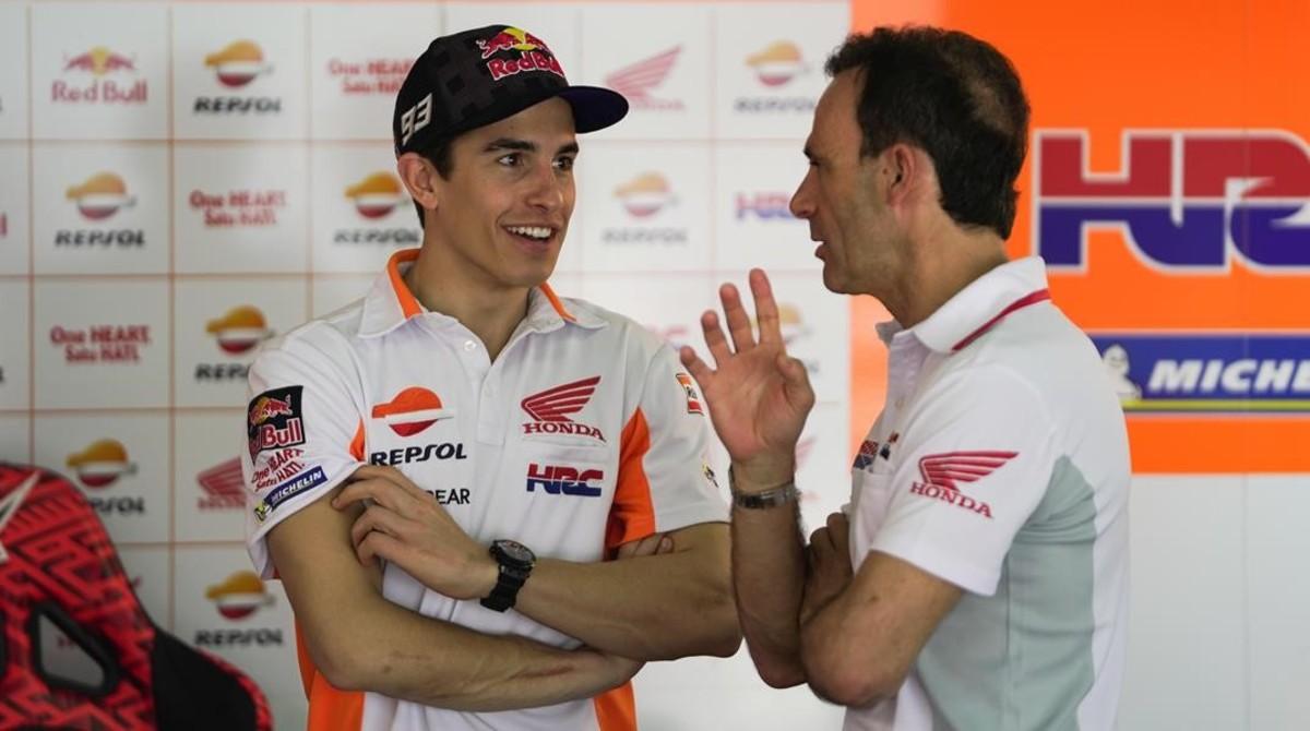 Marc Márquez y Alberto Puig, nuevo director deportivo de Honda, conversan amigablemente en los entrenamientos de pretemporada de Malasia.
