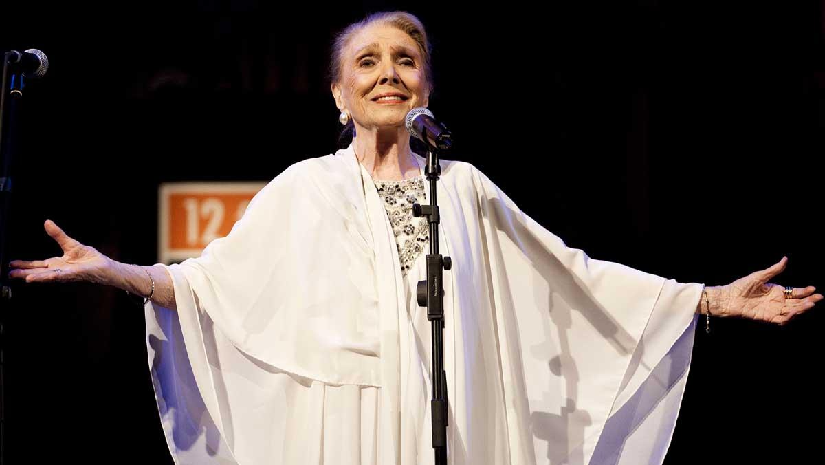 María Dolores Pradera interpretando Toda una vida, de Osvaldo Farrés.
