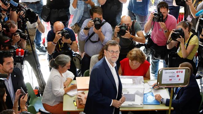 Mariano Rajoy, este domingo, ante la urna en la que ha votado.