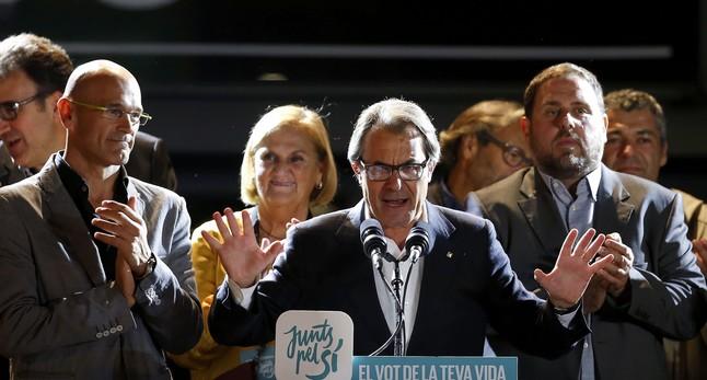 Artur Mas con algunos de los componentes de la lista de Junts Pel Sí valorando los resultados.