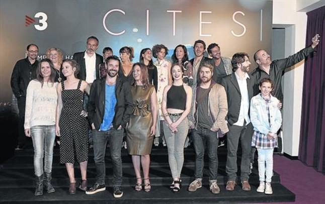 La mayoría de los actores protagonistas de 'Cites', con uno de sus directores, Pau Freixas (haciendo un selfi).