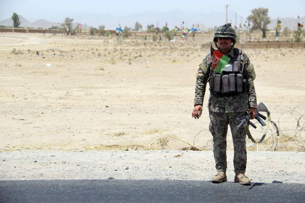 Un soldado monta guardia en un punto de control en el distrito de Maiwind en Kandahar.