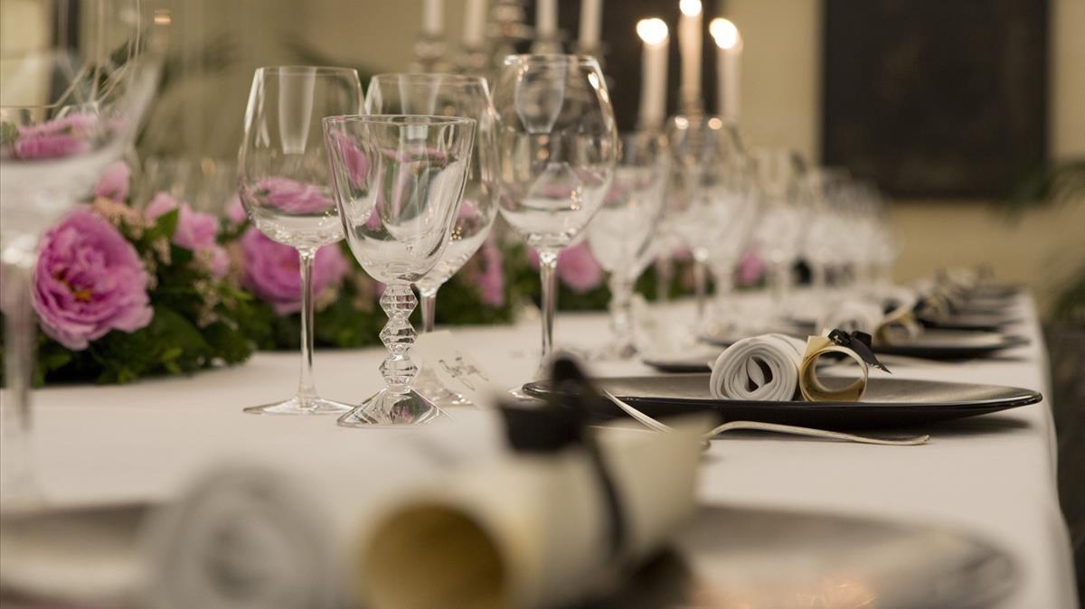 Mesa de un restaurante preparada para un banquete.