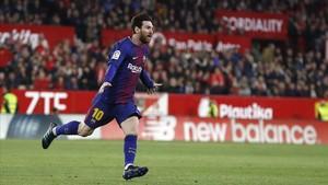 Messi celebra su gol al Sevilla, que permite al Barça seguir imbatido en la Liga.