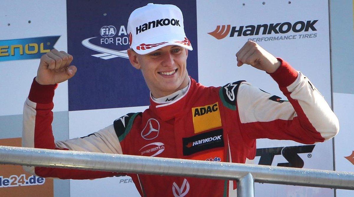 Mick Schumacher celebra una de sus victorias en la Fórmula Europea.