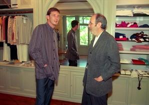 El modisto Antonio Miró, a la derecha, con un modelo en el interior de Groc.