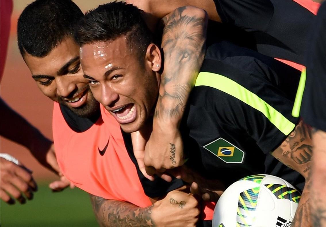 Neymar es agarrado por Gabriel Jesús durante el entrenamiento de la selección brasileña el día 1 en Brasilia.