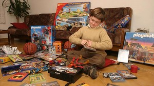 Un niño rodeado de regalos en una imagen de archivo de unas Navidades recientes.