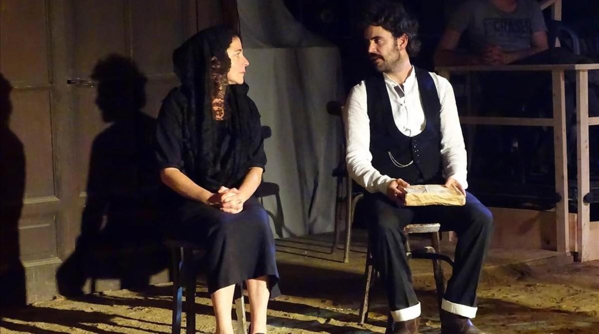 Nora Navas, en el papel de madre, y Pau Roca, en un momento de la obra.