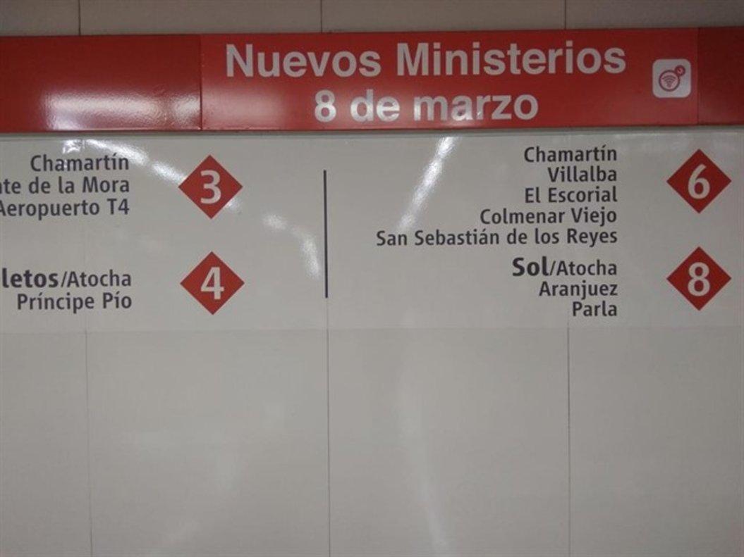 Una señalizaciónde la estación de Cercanías de Nuevos Ministerios conel nuevo letrero que añade '8 de marzo' al nombre oficial de la parada.