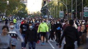 Numerosos ciudadanos pasean por la calle de Menéndez Pelayo de Madrid, el domingo 10 de abril.