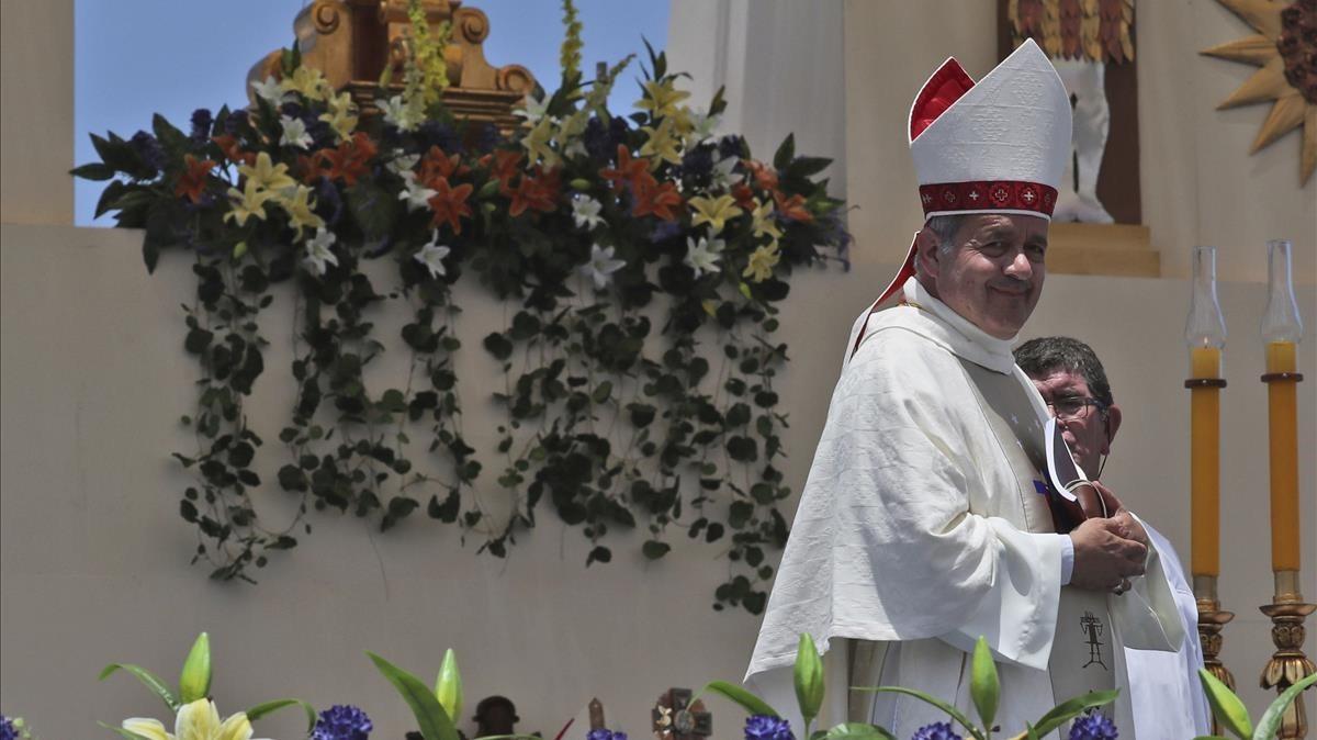 El obispo Juan Barros, en el ojo del huracán por el caso Karadima.