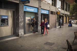 Oficinas de Banc Sabadell y CaixaBank, en una imagen de archivo.