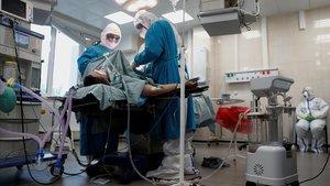 Operación de urgencia en un hospital de Moscú para pacientes de coronavirus, el pasado lunes.