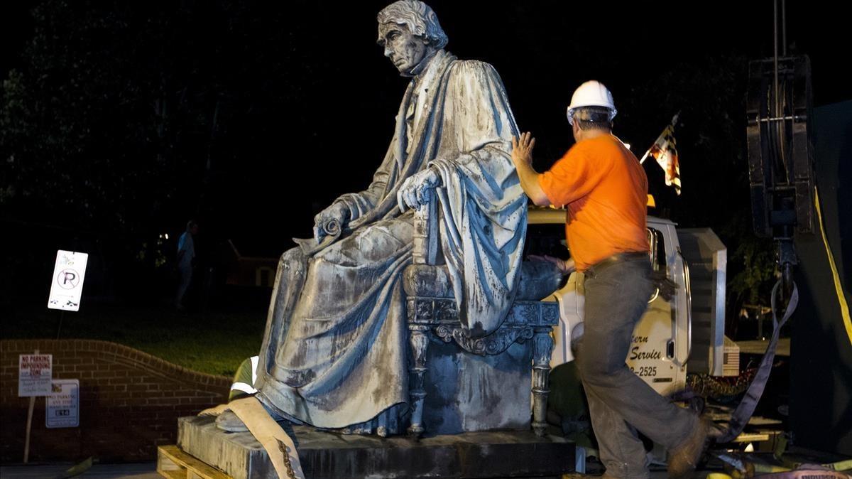 Un operario junto al monumento a Roger Brooke Taney, tras ser retirado de los jardines del Parlamento de Maryland, en Annapolis, el 18 de agosto.