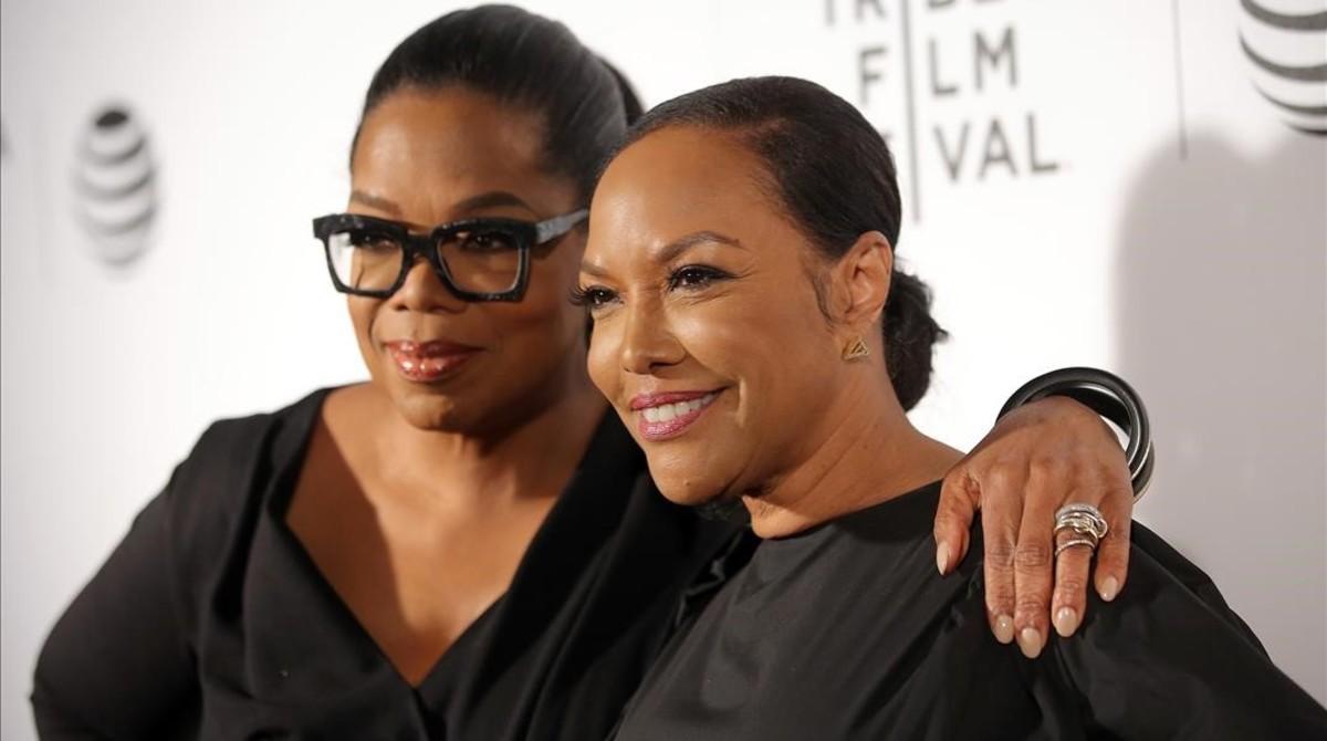 Oprah Winfrey y la actriz Lynn Whitfield, en la presentación de la serie Greenleaf.