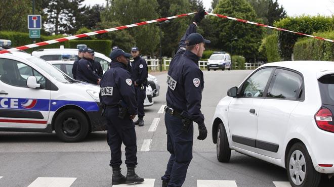 Un home mata a punyalades un gendarme i la seva dona al seu domicili a prop de París.