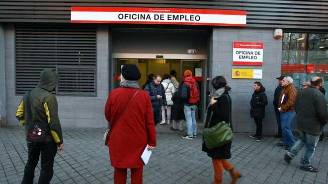 El paro sube en 83.464 personas en enero, la mayor alza desde 2014. En la imagen, una oficina de empleo en el barrio de Arganzuela de Madrid.