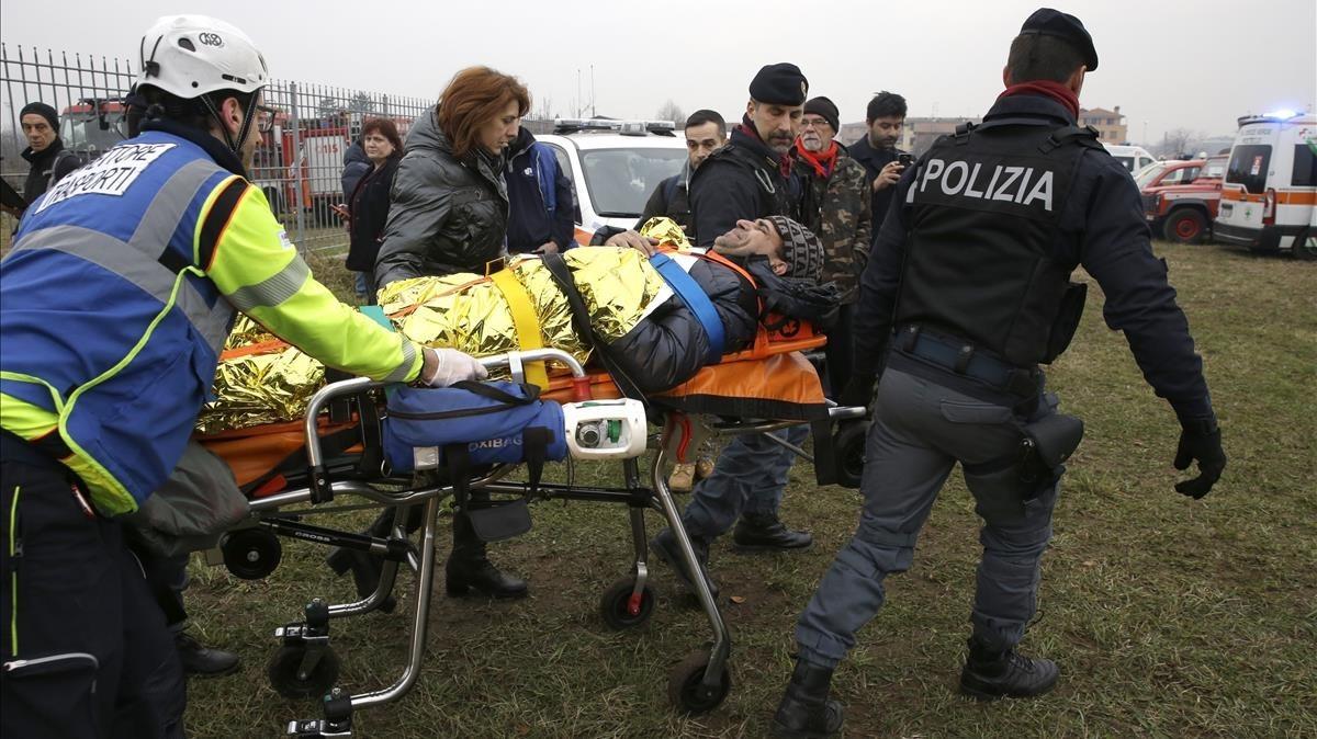 Un pasajero es atendido tras descarrilar un tren en la estación de Pioltello.