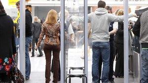 Pasajeros pasando el control de seguridad del aeropuerto de Munich.