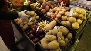 Patatas y otros productosen la parada de un mercado de Barcelona.