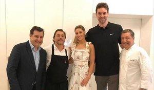 Pau Gasol y Cat McDonnell, junto a los hermanos Roca.