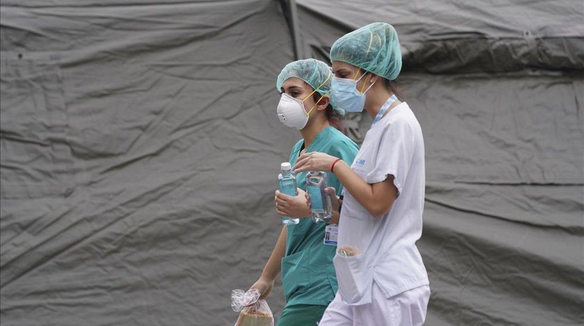 Personal sanitario del hospital Gregorio Marañón, en Madrid, en un momento de descanso.