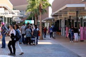 Personas paseando por el outlet de Viladecans.