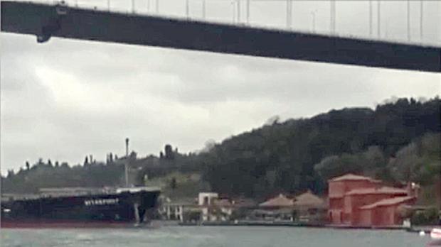 Un petrolero se estrella en la costa del Bósforo contra un edificio histórico