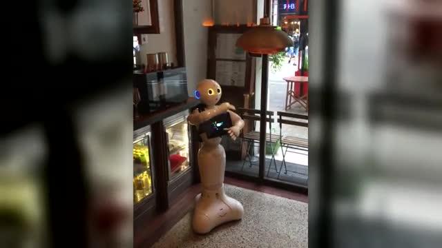 Pi se arranca a bailar 'La Macarena' en un restaurante.