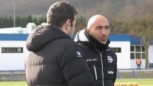 'Pitu' Abelardo conversa con uno de sus asistentes, en Ibaia (Vitoria).