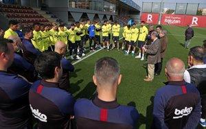 La plantilla del Barça recibe las explicaciones de los doctores Padrós y Trilla, junto a Bartomeu.