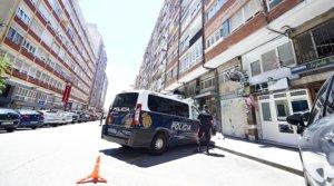 La policía custodia un edificio en cuarentena por el coronavirus, en Santander, a finales de junio.