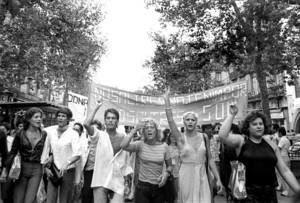 Primera manifestación en España por los derechos homosexuales, en la Rambla de Barcelona el 26 de julio de 1977, convocada por el Front dAlliberament Gai de Catalunya (FAGC) y encabezada por travestis.
