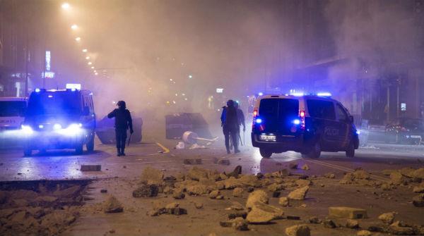 La protesta en el barrio de Gamonal, en Burgos, termina con 17 detenidos y grandes destrozos.