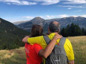 Quim Torra y su esposa, de espaldas, en el Prepirineo catalán, donde están de vacaciones.