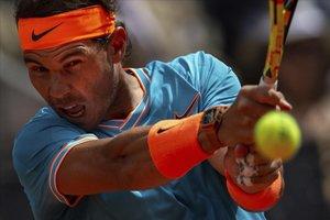 Rafa Nadal devuelve una bola en el partido contra el canadiense Felix Auger