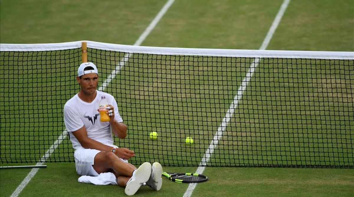 Rafael Nadal, sobre la reseca hierba de Wimbledon, en el descanso de un entrenamiento de este domingo.