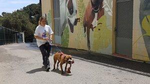 Raquel Barris es una de las voluntarias encargadas de pasear a los perros del Centre d'Acollida d'Animals de Companyia de Barcelona