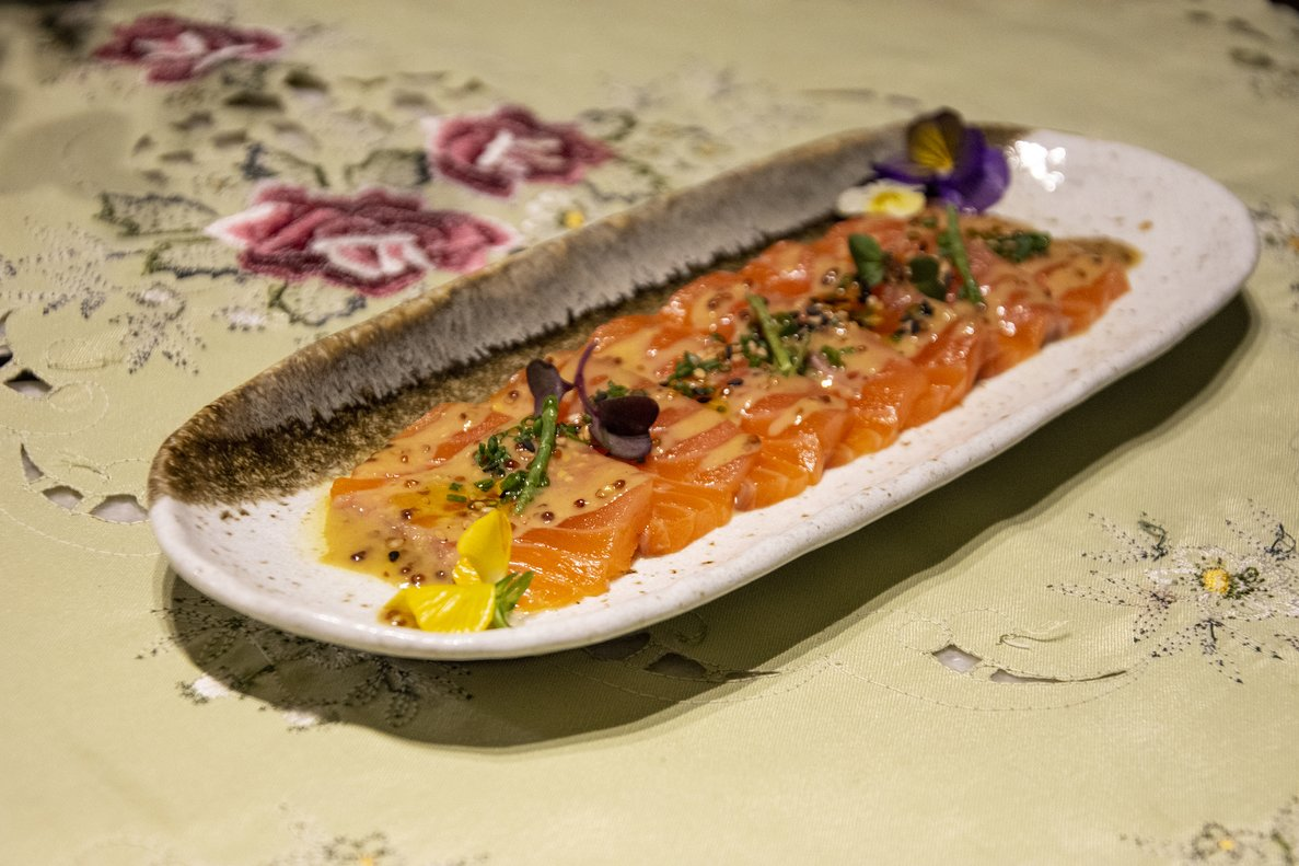 Salmón fresco marinado con salsa de mostaza dulce ahumada con whisky de Leo Chechelnitskiy, chef de Babula Bar.