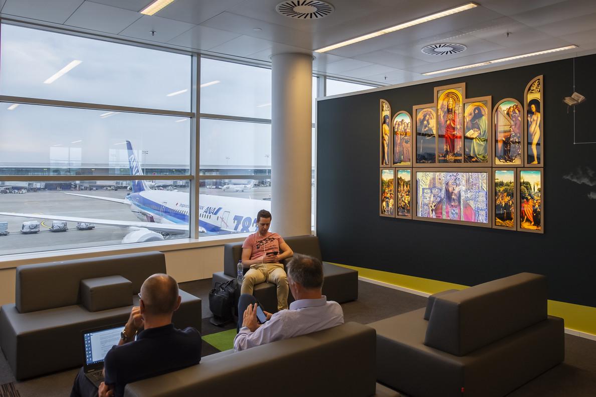 Reproducción del Retablo de Gante en el aeropuerto de Bruselas.