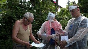 Un residente vota en casa durante la primera jornada de votación sobre la reforma constitucional en Rusia.