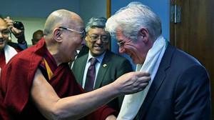 El Dalai Lama entrega un presente a Richard Gere