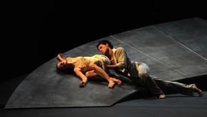 Escena de 'Romeo y Julieta', en versión de Joëlle Bouvier, interpretada por el Ballet du Grand Théâtre de Genève.